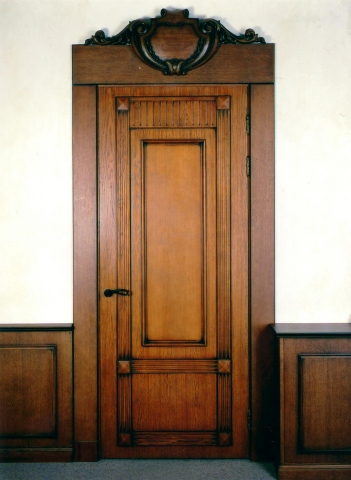 купить высокие входные двери из дерева